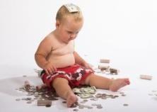 ילד משחק עם כסף